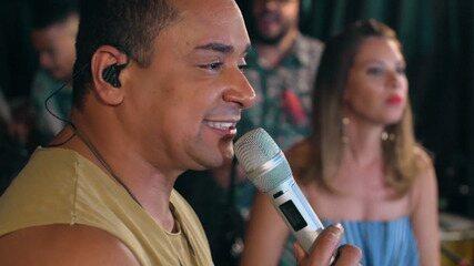 O cantor fala da relação com os músicos; a canção que não pode faltar no show é 'Desafio'