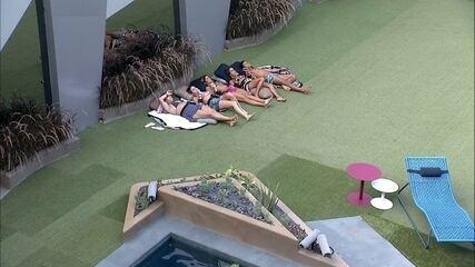 Brothers cantam e relaxam deitados no gramado