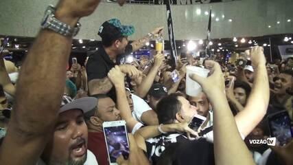 """Aos gritos de """"Acabou caô, o cachaça chegou"""", Leandro Carvalho é recebido no aeroporto"""