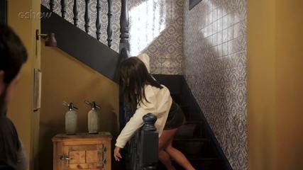 Confira os bastidores da cena em que Valentina empurra Laura da escada!