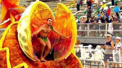 Homem faz sucesso como Adão no desfile da Tom Maior
