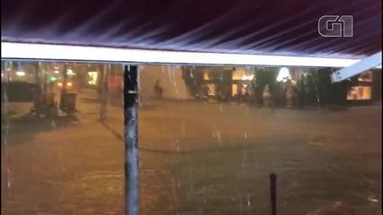 Chuva alaga Rua Barão da Torre, em Ipanema