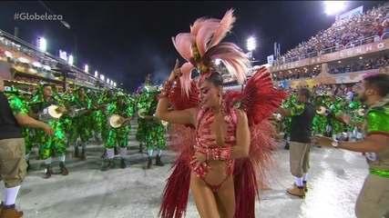 Juliana Paes arrasa à frente da bateria da Grande Rio
