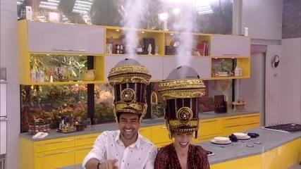 Ana Furtado e Ricardo Pereira mostram adereço da Bateria de Vila Isabel