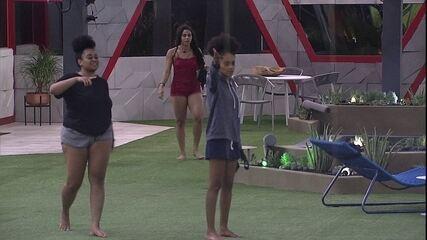 Gabriela procura por Tereza e encontra sister no jardim