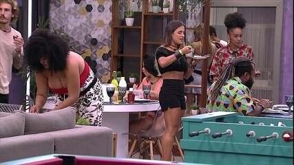 Carolina vibra com comida em evento no segundo andar: 'Um luxo'