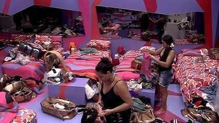Família no BBB: Mães de Elana e Hariany arrumam camas das sisters