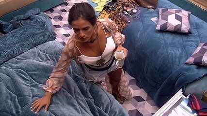 Carolina acorda Rodrigo e comenta: 'Estou parecendo um zumbi'