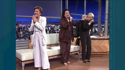 Lolita Rodrigues canta hino da televisão ao lado de Hebe Camargo e Nair Belo