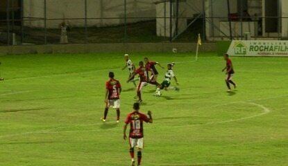 Rafael Piauí finaliza, e goleiro Vinícius faz excelente defesa aos 47 minutos do segundo tempo