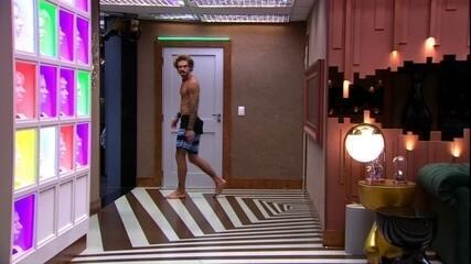 Alan levanta e vai ao banheiro