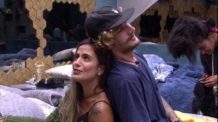 Carolina abraço Alan e brinca: 'Razão da minha vidoca'