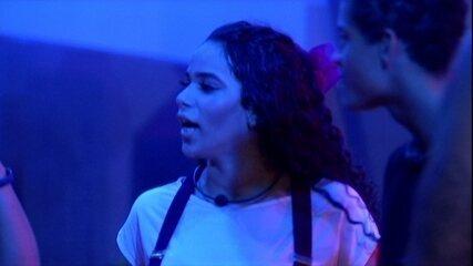 Elana pergunta sobre o batom de Rízia e Danrley aponta para boca de Rodrigo