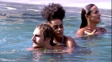Gabriela curte piscina nas costas de Alan