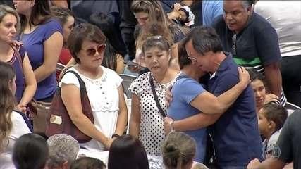 Cidade de Suzano se une para velar as vítimas do massacre em escola