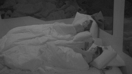 Hariany sugere que Paula beije Alan e ouve: 'Não faz meu tipo'