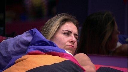 Paula acorda e especula sobre programação da casa: 'Anjo né?'