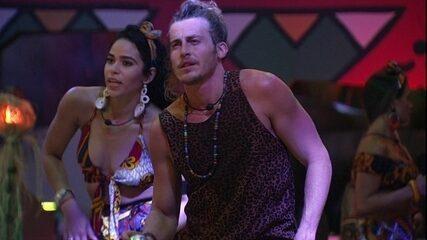 Elana ensina coreografia a Alberto na pista de dança: 'Sensualiza'