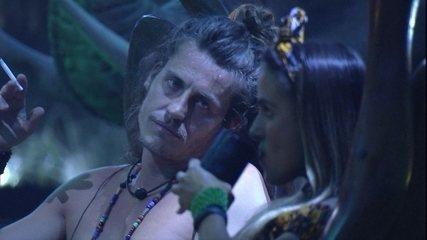 Alberto olha fixamente para Carolina enquanto sister bebe um drink