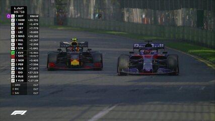 Gasly para nos boxes e é ultrapassado por Kvyat na volta à pista