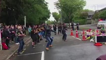 Grupo promove haka em frente à mesquita que sofreu atentado na Nova Zelândia