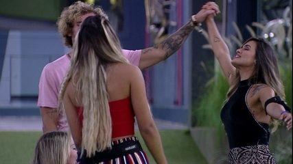 Carolina e Alan dançam de mãos dadas no jardim