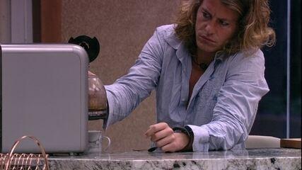 Alberto Mezzetti coloca água na jarra para fazer o café