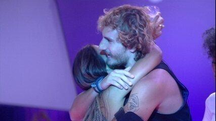 Alan e Carolina brincam de estátua enquanto se abraçam mais uma vez