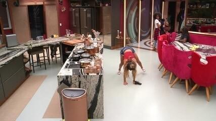 Hariany empina bumbum na cozinha depois de festa