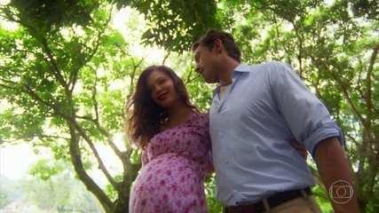 Cris/Julia se prepara para dar à luz, ao lado de Danilo