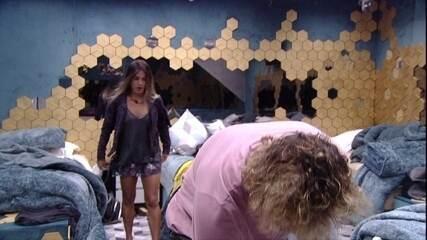 Carolina pergunta para Alan: 'A massagem está de pé?'