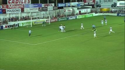 Pepê fica de frente pro gol e Gianezini defende para salvar o São Luiz aos 46' do 2T