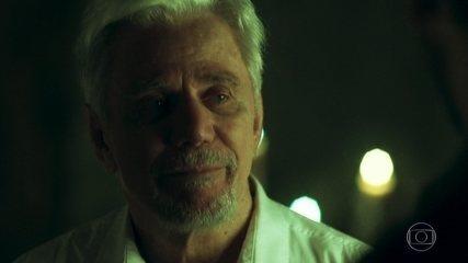 Vicente (Reginaldo Faria) mostra a Alain (João Vicente de Castro) acontecimentos do seu passado