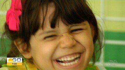 Menina de Goiânia tem doença rara que restringe alimentação