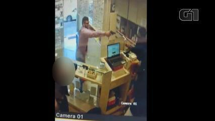 Imagens de câmeras registram assalto a relojoaria em Estância Velha