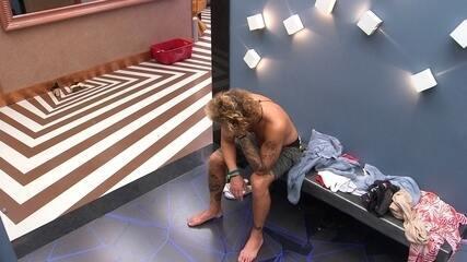 Alan acorda e fica em silêncio em frente ao banheiro após Festa Internet