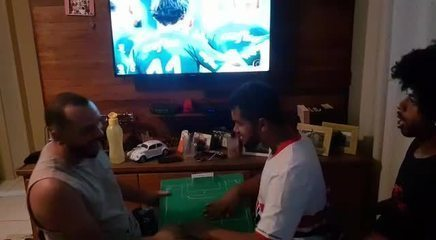 Carlinhos, torcedor cego do São Paulo, vibra com vitória nos pênaltis sobre o Palmeiras