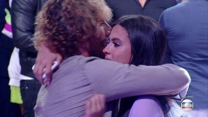Alan e Hana se abraçam