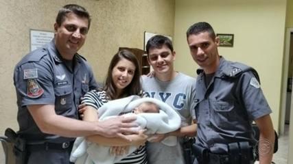Policiais que salvaram bebê engasgado reencontra família após o susto