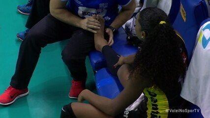 Imagem mostra tornozelo de Fernanda Garay bem inchado após a lesão