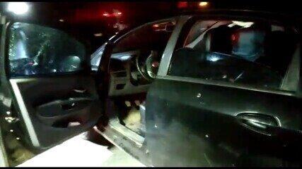 Imagens feitas de veículo atingido por vários tiros no triplo homicídio em Patos de Minas