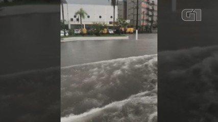Jair Dias, morador de Guarujá, SP, registrou ondas formadas pela água da chuva na Avenida Dom Pedro