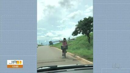 Vídeo mostra ciclista equilibrando placa enquanto pedala em bicicleta
