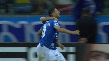 Gol do Cruzeiro! Thiago Neves aproveitou o rebote para abrir o placar, aos 4' do 2ºT