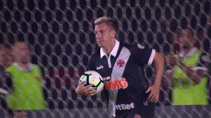 Gol do Vasco! Maxi López recebe na frente e toca no canto de Victor aos 20 do 2º tempo