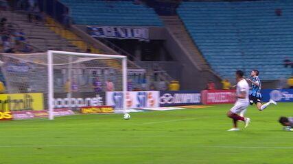 Gol do Fluminense! Júlio César perde a bola e Luciano manda para o fundo das redes, aos 40' do 1º tempo