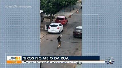 Após discussão de trânsito, homem saca arma e atira contra carro em Aparecida de Goiânia