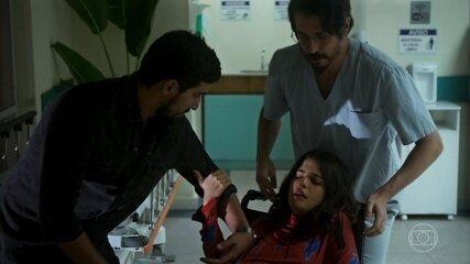 Jamil chega com Laila no hospital e são recebidos por Faruk