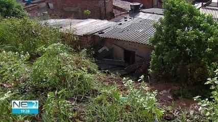 Deslizamento de barreira danifica casas na Zona Sul do Recife