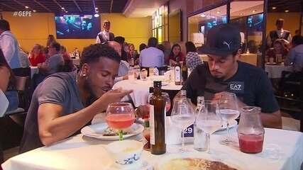Hernane Brocador paga promessa, e Ezequiel janta bem após dar cinco assistências